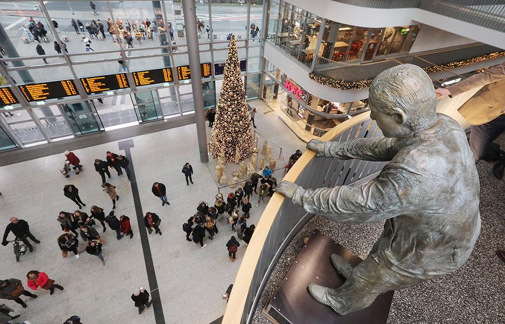 Bronze-Skulptur von Maria Wiechers im Bahnhof Münsteraner