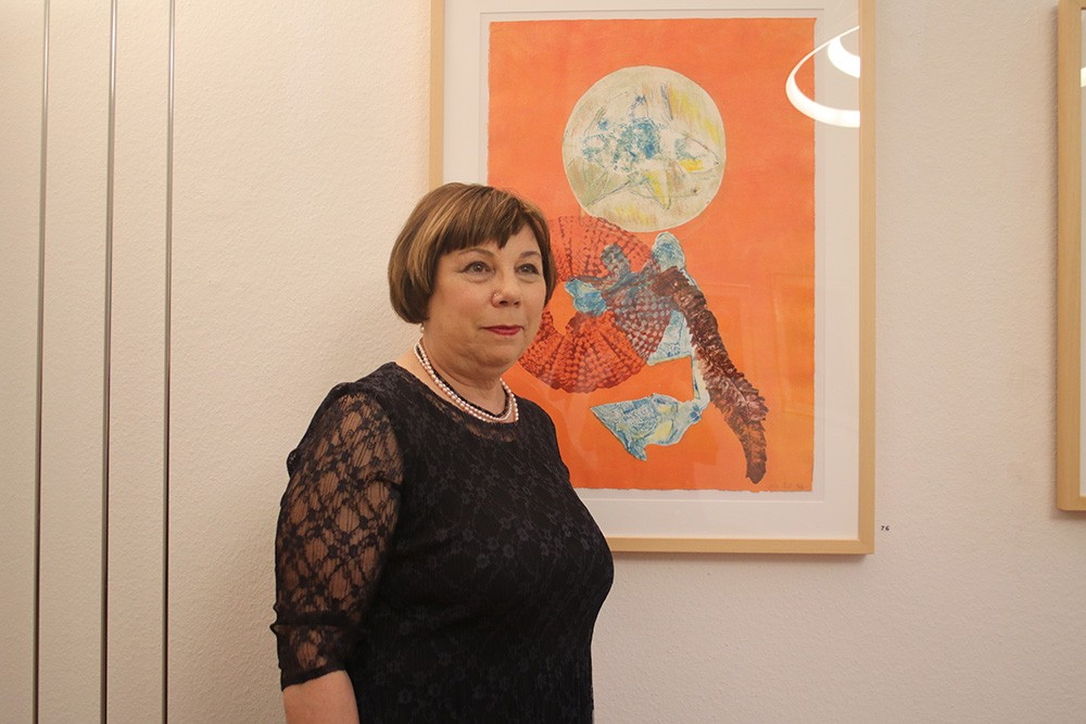 """Die Künstlerin Amy Ernst vor ihrem Werk """"Dream Catcher"""" Foto: Edda Rössler"""