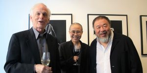 Wiedersehen von Freunden in der Galerie Peter Sillem (v.l.) Der China-Experte Perry Link, (Prof. em. Princeton University), Künstlerin Liu Xia (Malerin, Fotografin und Lyrikerin) und Künstlerlegende Ai Weiwei (derzeit Gastprofessor Universität der Künste, Berlin) Foto: Edda Rössler