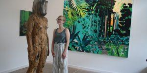 """Spaß am """"Gathering"""" hat die angehende Kunsthistorikerin Merle Kubasch (20 Jahre). Derzeit unterstützt sie Galeristin Kirsten Leuenroth und weiß kompetent über die beiden Leipziger Künstlerinnen zu berichten. Foto: Edda Rössler"""