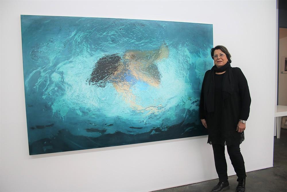 Die Galeristin vor einem Gemälde der Künstlerin Sigrid von Lintig Foto: Edda Rössler