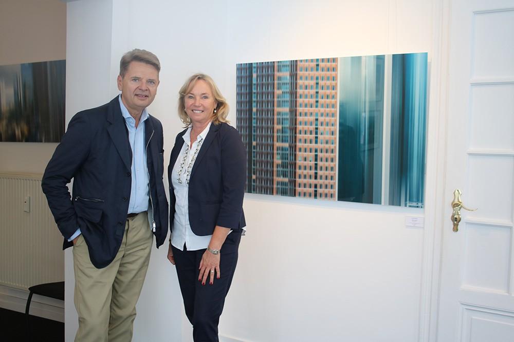 Barbara von Stechow – genießt die Kunst und das Leben (in ihrer aktuellen Ausstellungen – hier vor einem Gemälde von Wulf Winckelmann)