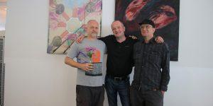 """""""Kunst in der Kantine"""" kommt an. In der Mitte Küchenchef Nik Mroch mit den beiden Künstlern Oliver Carlos Tüchsen (links) und Martin Holzschuh."""