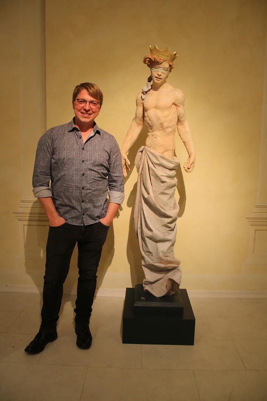 Der Barock-Holzbildhauer Thomas Hildenbrand vor seiner Skulpturen
