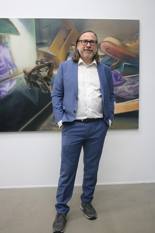 Andreas Greulich vor einem virtuosen Gemälde von Thomas Erdelmeier