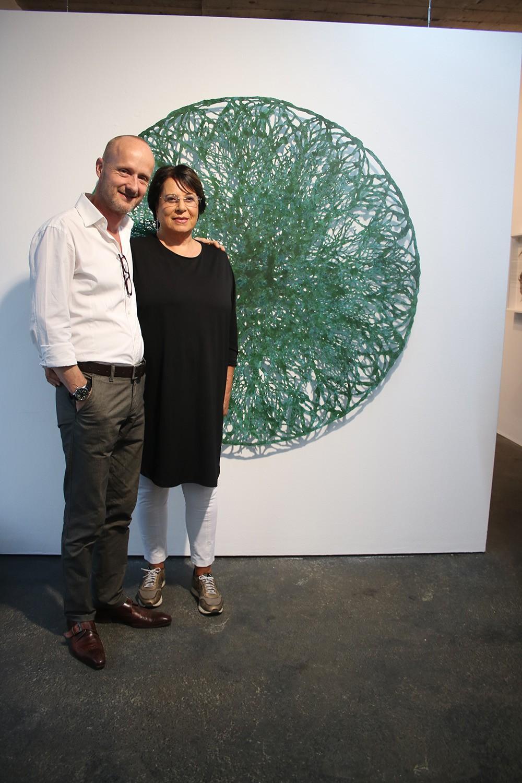 Papierkünstler Tilmann Zahn mit Galeristin Brigitte Maurer