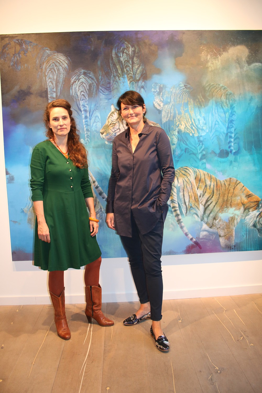 Zauberin des Lichts: Isabelle Dutoit (links im Bild) mit Galeristin Kirstin Leuenroth
