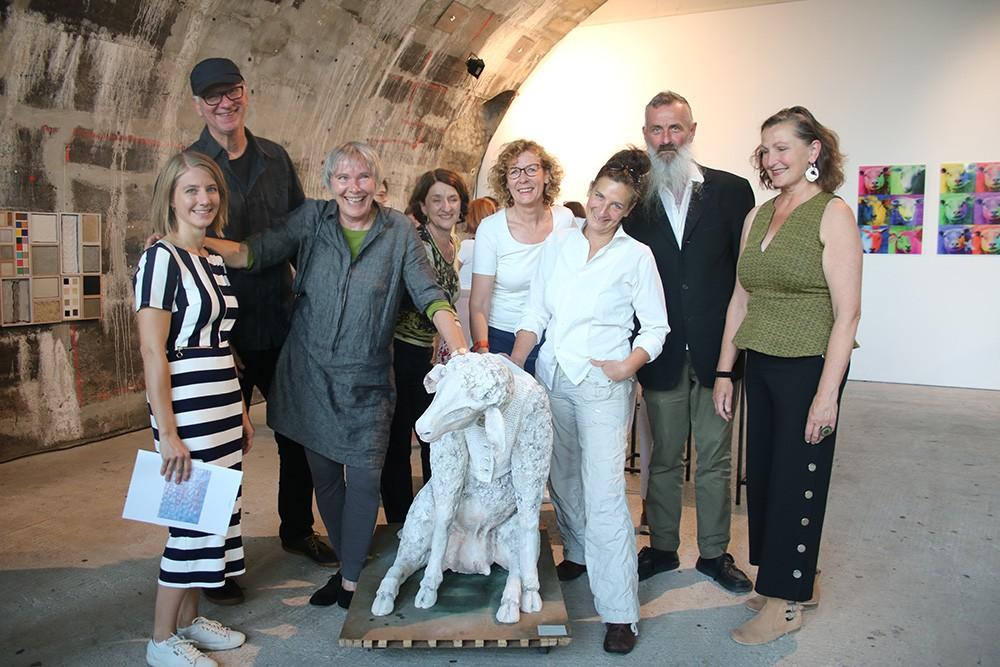 Der Hirte im Kreis der Künstler, (v.l.) Laura Kurtz, Daniel Wolf, Monika Agethen, Connie Goldstein, Mirek Macke, Wilma Roth, Chris Kircher und Bettina Büttner