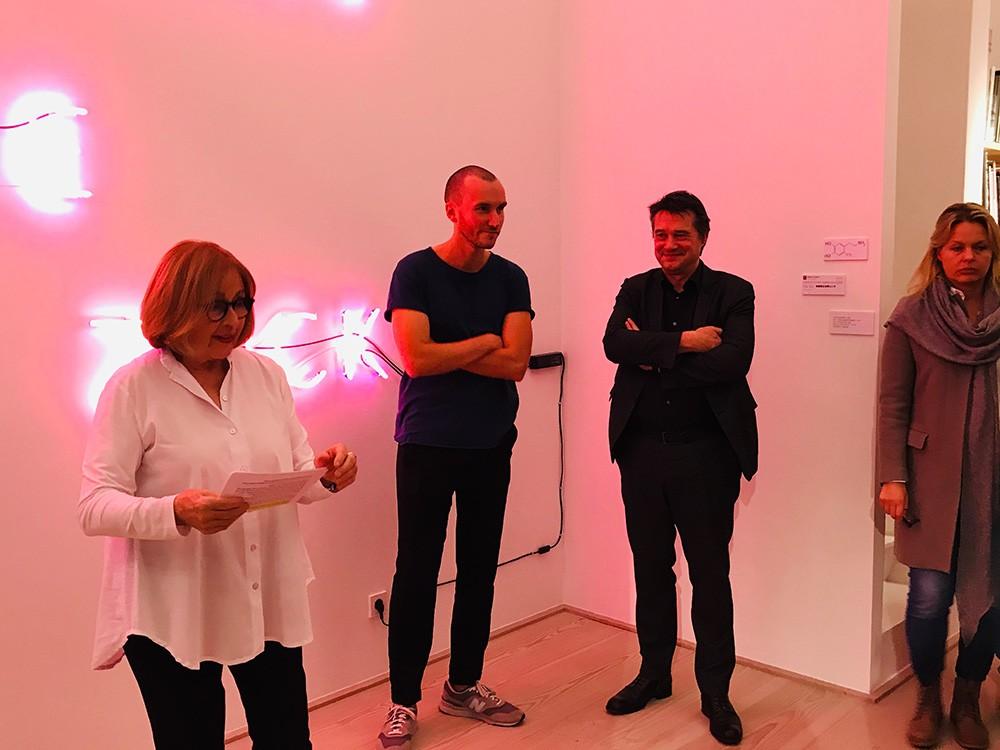 Weltschmerz-Opening (v.l.) Die Galeristin Anita Beckers, der Künstler Igor Simic und der Frankfurter Philosoph Rainer Forst Fotograf: Edda Rössler