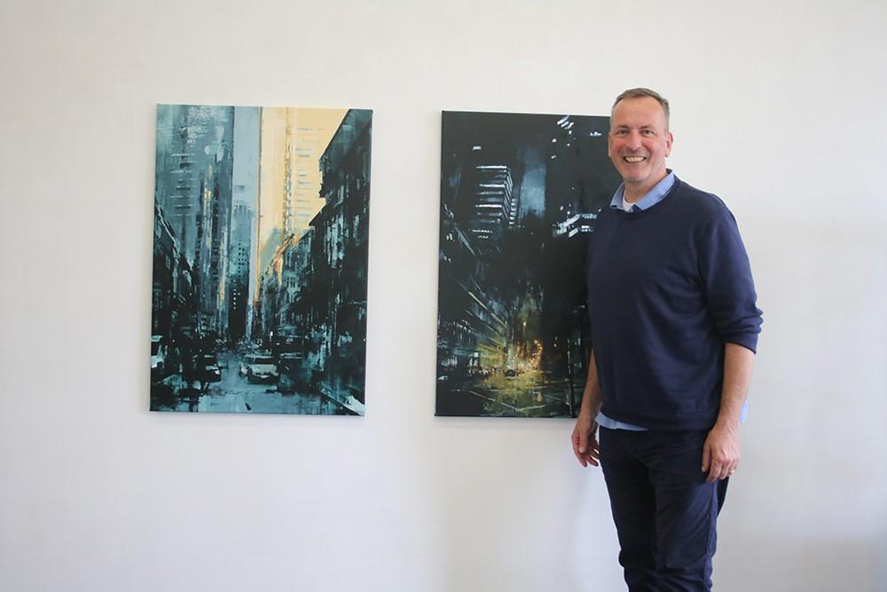 Galerist mit Bauchgefühl für Kunst: Kurt Mühlfeld vor Werken von Lukas Frese Fotograf: Edda Rössler