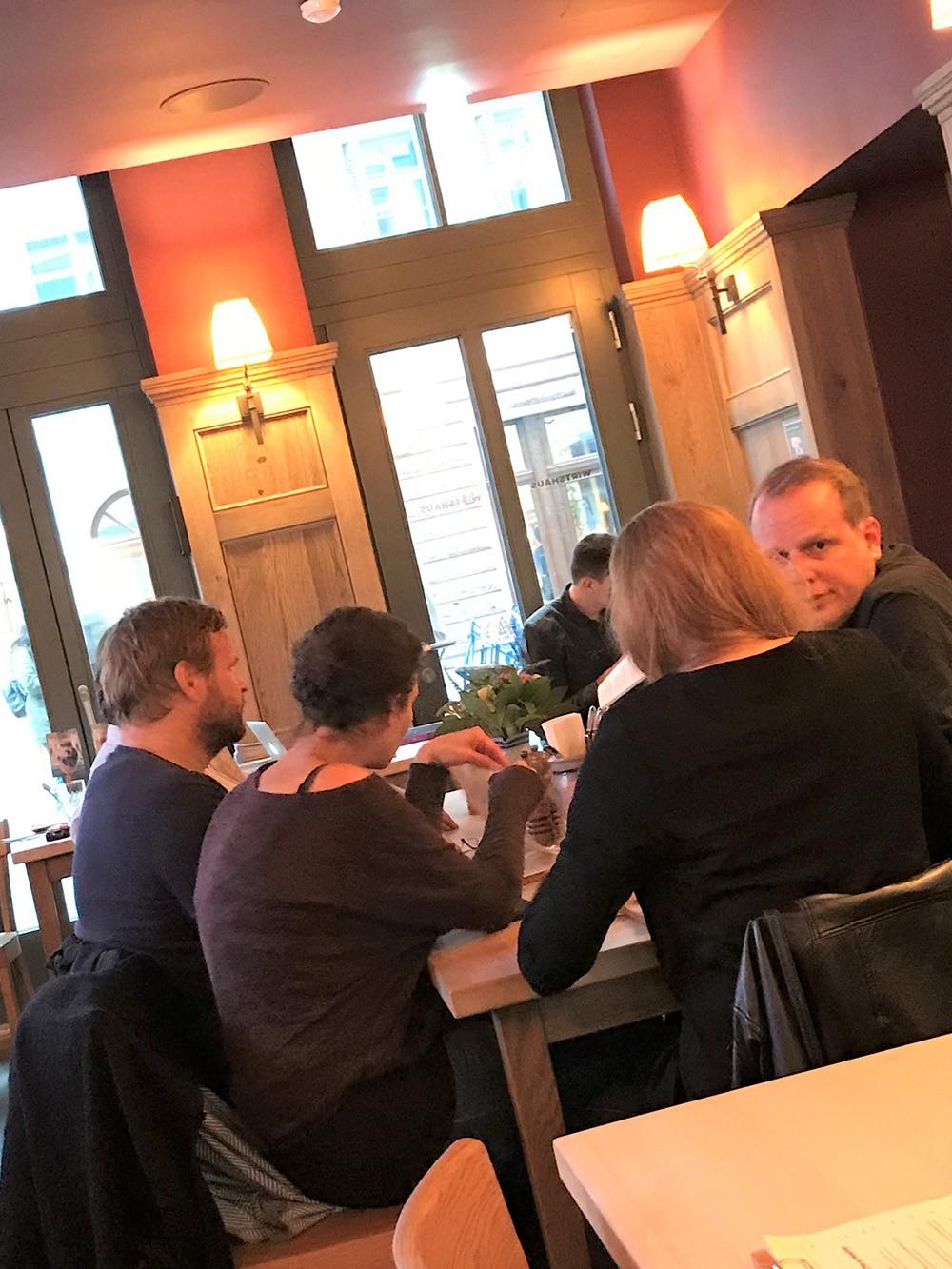 Promi-Alarm: Comedian Tim Karasch (rechts) mit Freunden