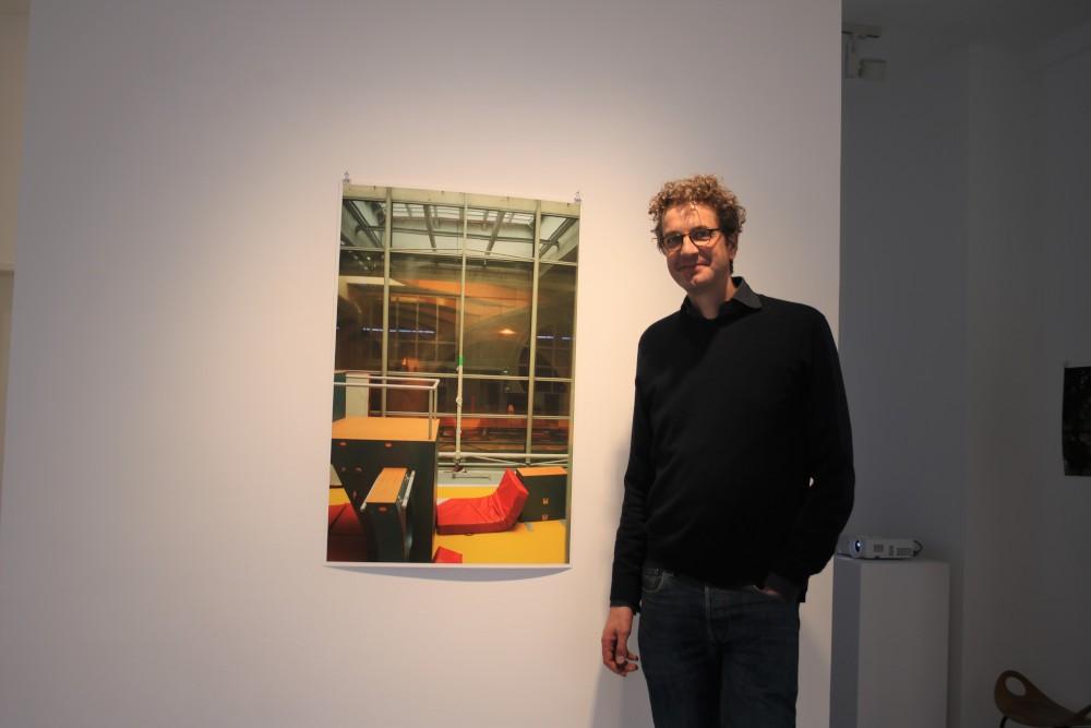 Galerist Peter Sillem vor einem Foto von Laura J. Padgett Fotograf: Edda Rössler