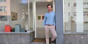 Der Galerist Tristan Lorenz vor seiner Galerie in der Fahrgasse. Sie wurde Ende September geschlossen. Fotograf: Edda Rössler