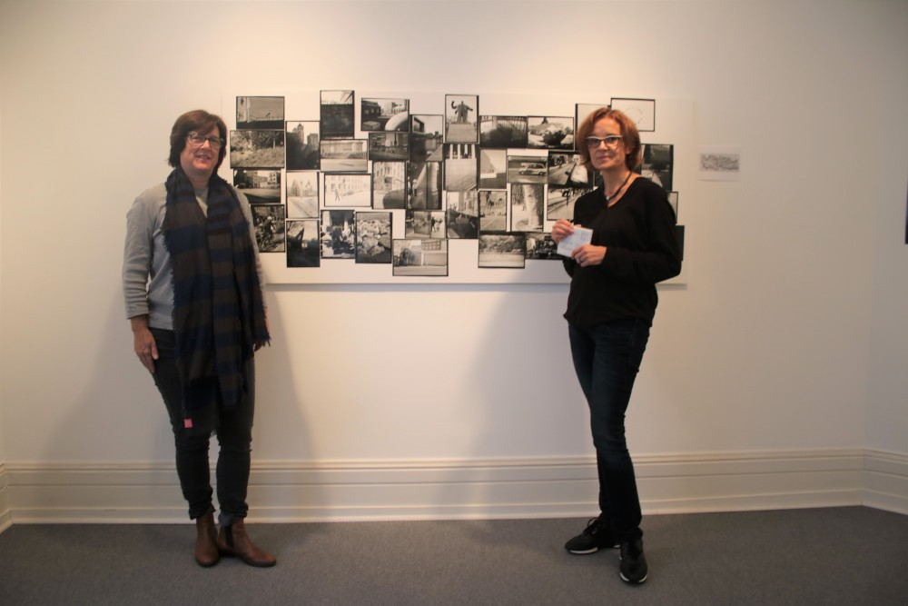 Freuen sich über Sellittis Installation: (links) Dr. Caroline Lüddersen (Vorstand Deutsch-Italienischer Verein) und Kuratorin Barbara Thurau Fotograf: Edda Rössler