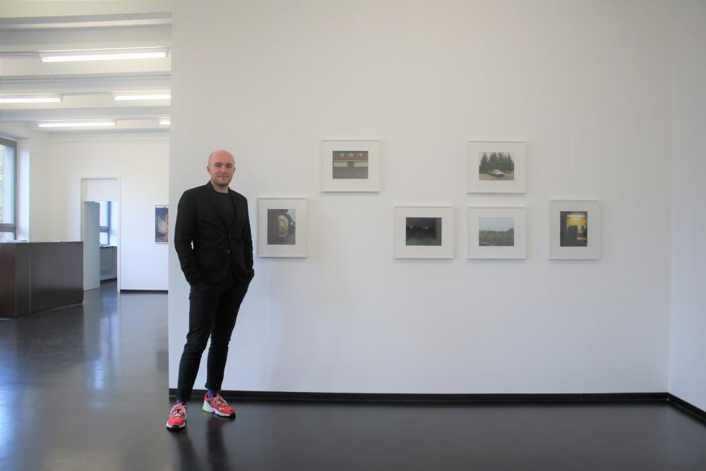 Peter Hess (Galerie Wilma Tolksdorf) vor den Cloppenburg-Fotos Fotograf: Edda Rössler