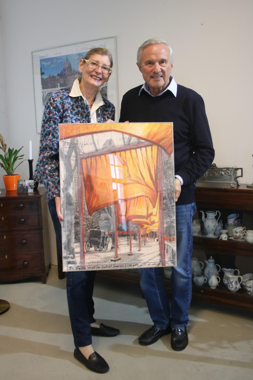 Maria-Ana Alp und Paul-Bernd Grosse präsentieren ein Verhüllungsfoto ihres Künstlers Christo Fotograf: Edda Rössler