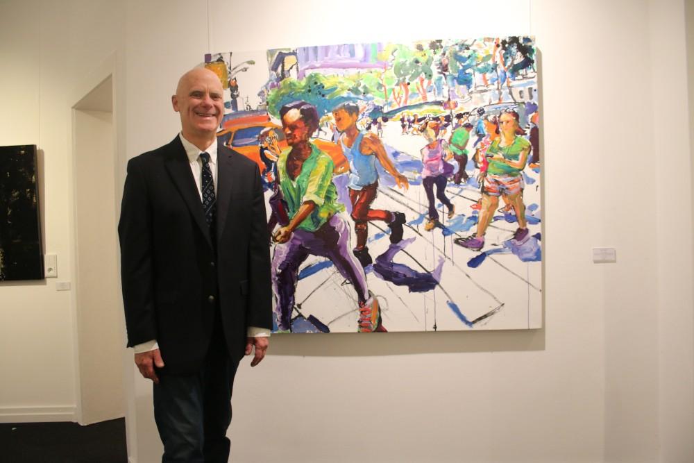 Der Maler Tom Christopher vor einem seiner New York-Bilder