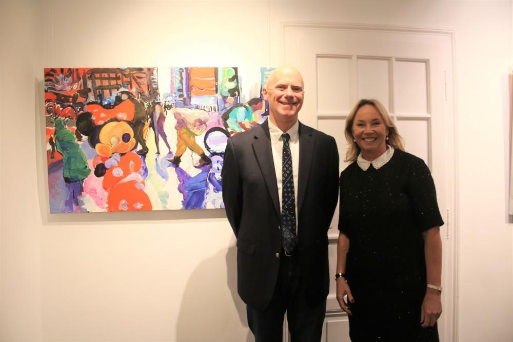 Die Galeristin Barbara von Stechow und der Malerstar Tom Christophers vor einem seiner New York-Gemälden Fotograf: Edda Rössler