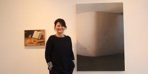 """Die Galeristin Kirsten Leuenroth in der aktuellen Ausstellung """"Wonderwall"""". Foto: Edda Rössler"""