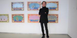 Die Kunsthistorikerin Beatrix Schmidt vor Emaillmalerei von Moritz Götze Foto: Edda Rössler