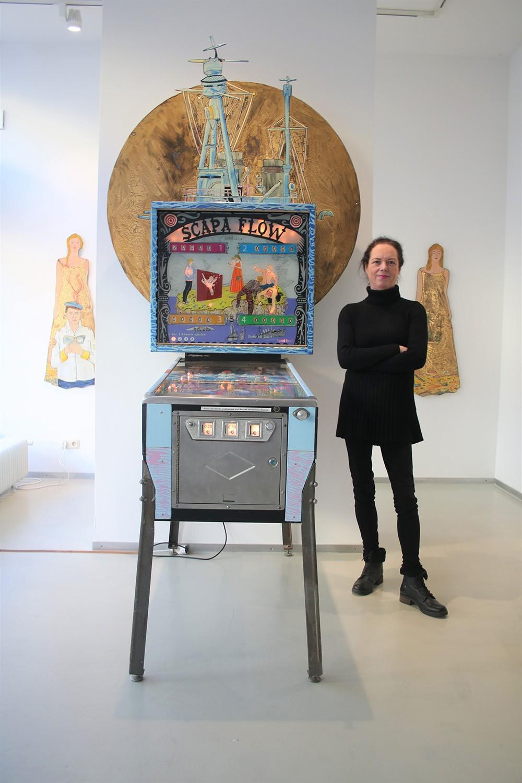 Die Kunsthistorikerin Beatrix Schmidt vor dem Scapa Flow-Flipperautomaten von Moritz Götze Foto:Edda Rössler