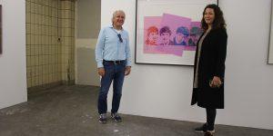 """Sammler Michael Loulakis und Corinna Bimboese (Atelier Frankfurt) vor einer Arbeit von Andy Warhol """"The Beatles"""""""