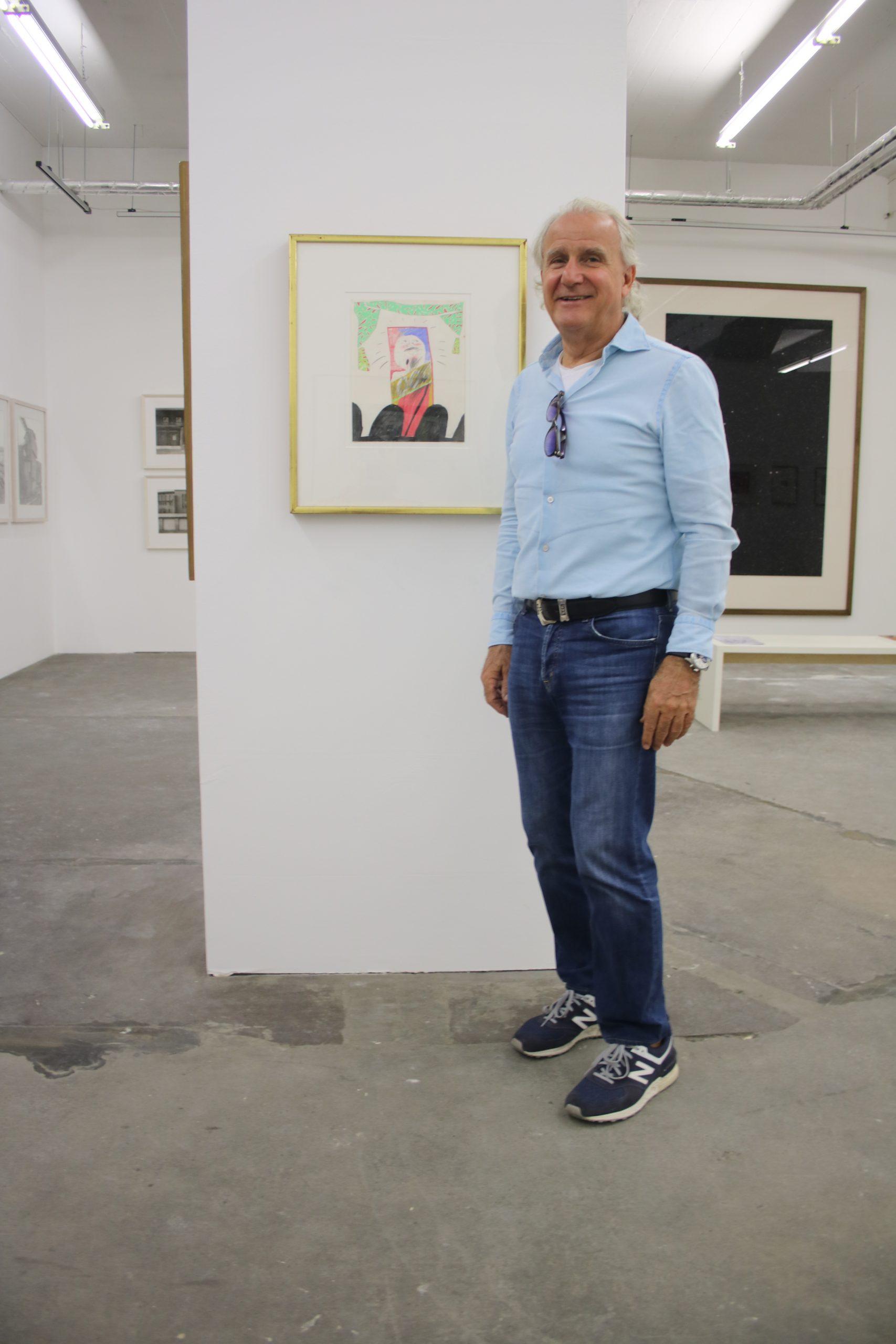 """Sammler Michael Loulakis vor einer Arbeit von David Hockney """"The Singer"""""""