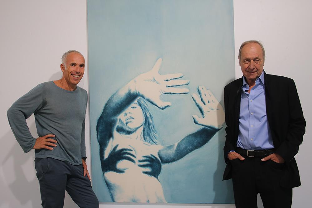 """Dieter Mammel und Galerist Ernst Hübner vor dem Gemälde """"Abstand"""""""