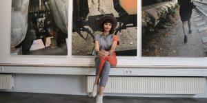 Galeristin Dora Ostrovsky vor Fotografien von Boris Mikhailov Fotograf: Edda Rössler