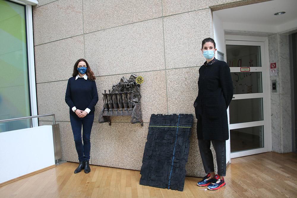 """v.l. Die beiden Kuratorinnen Ruth Polleit Riechert und Daniela Lewin vor der Installation """"Scar Tissue"""" von Elad Argaman. Für Scar Tissue rekonstruiert der Künstler zerbrochenes Sperrholz. Fotograf: Edda Rössler"""