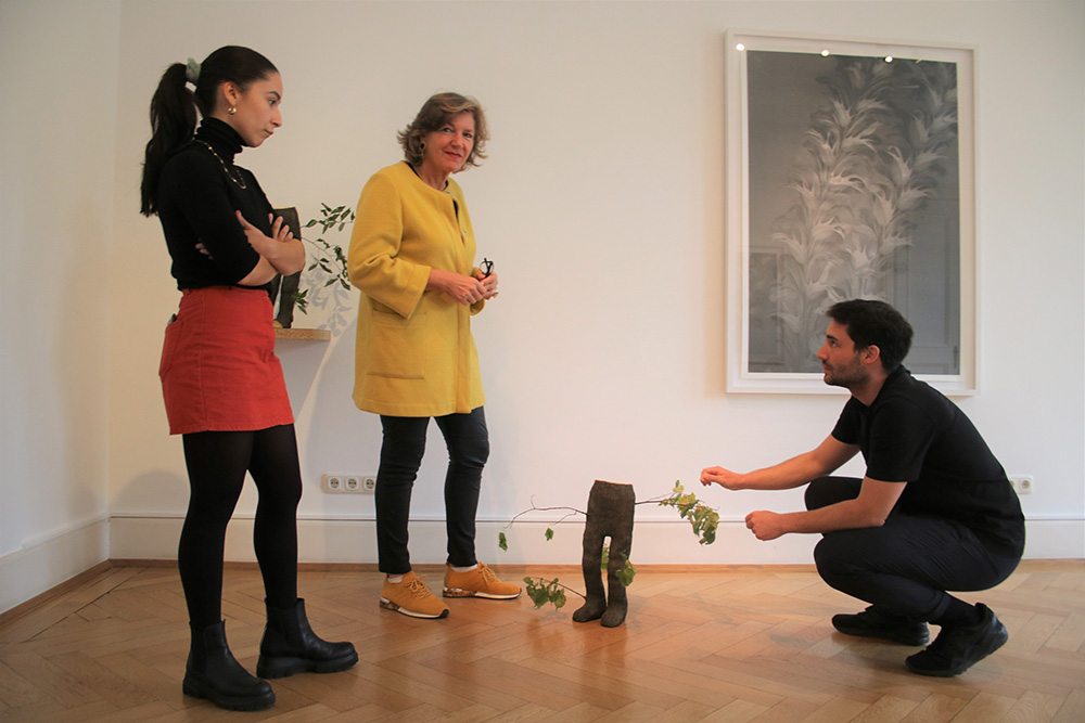 (v.l.) Die beiden Künstler Elisaveta Braslavskaja und Immanuel Birkert im Gespräch mit Nina Buhne (Senior Director, Head of Sotheby's Frankfurt).