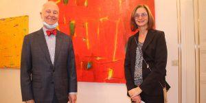 Galerist Peter Femfert und Kuratorin Elke Mohr vor Gemälden von Kim du Rye