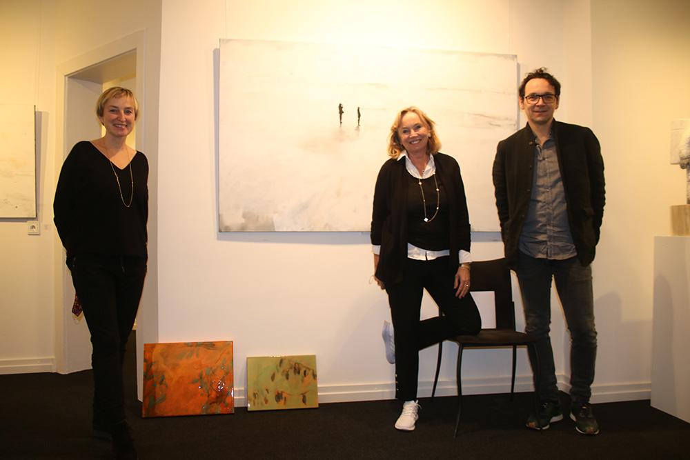 (v.l.) Galeristin Barbara von Stechow (Mitte) mit den Künstlern Joanna Skurska und Leszek Skurski vor deren Werke Fotograf: Edda Rössler
