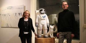 (v.l.) Galeristin Barbara von Stechow, Spaceman mit Fuchs und Bildhauer Christof Paul Fotograf: Edda Rössler