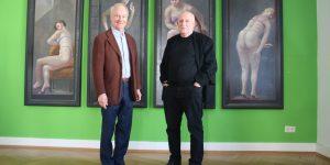 """Galerist Peter Femfert und Maler Volker Stelzmann vor dem Polyptychon """"Damen in Amsterdam"""" (Foto: Edda Rössler)"""