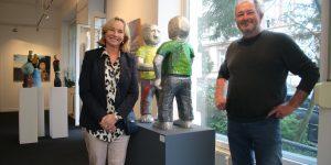 """Galeristin Barbara von Stechow und Bildhauer Daniel Wagenblast vor der Gruppe """"Guten Tag"""" Foto: Edda Rössler"""