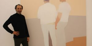 """""""Die Figuren treten in eine Art des Nicht-Dialogs"""", davon ist Galerist Daniel Schierke überzeugt. Im Hintergrund ein Ölgemälde von Manuel Stehli. Foto: Edda Rössler"""