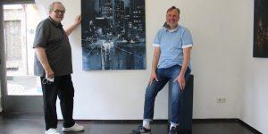 Noch in der Galerie und schon im eigenen Wohnzimmer. (links) Fotograf und Software-Spezialist Gerhard Pauly und der Galerist Kurt Mühlfeld-Hemprich von einem Ölgemälde von Lukas Frese.