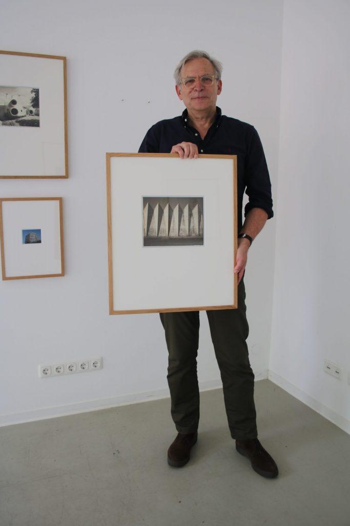 """Der Künstler Rainer Raczinski und seine Polaroid-Aufnahme von """"Orot Cinema"""", das die Architekten Yaacov und Zeev Rechter 1960 in Be'ershava (Israel) errichteten. Foto: Edda Rössler"""