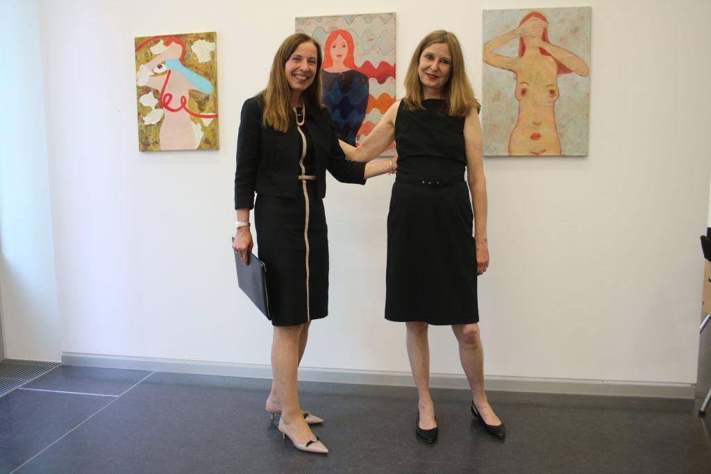 Frauenpower! Galeristin Dr. Claudia Giani-Leber und Künstlerin Ulla Hahn Im Hintergrund: Rätselhafte Frauenbilder in Acryl auf Leinwand Fotografin: Edda Rössler