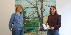 """Galeristin Stefanie Gansera-Söffing (rechts) und Künstlerin Julia Roppel vor ihrem Gemälde """"Maunzenweiher"""" Foto: Edda Rössler"""
