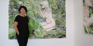 Galeristin Kirsten Leuenroth vor Werken von Tanja Selzer Foto: Edda Rössler