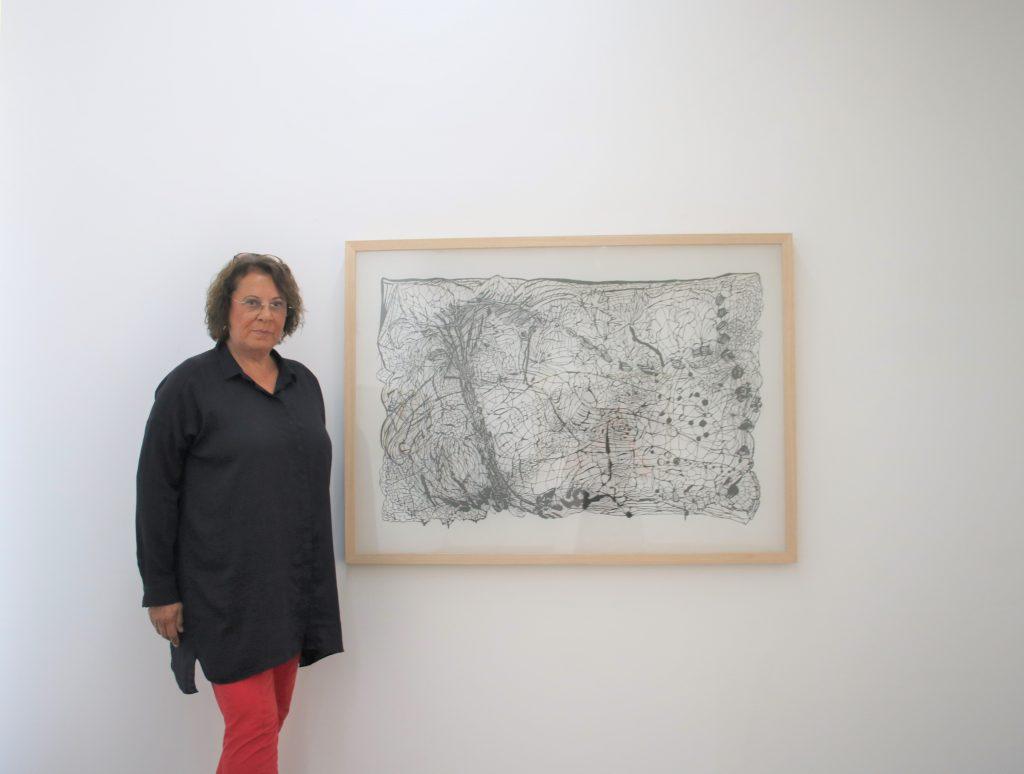 Galeristin Brigitte Maurer vor einem Werk von Zipora Rafaelov Foto: Edda Rössler