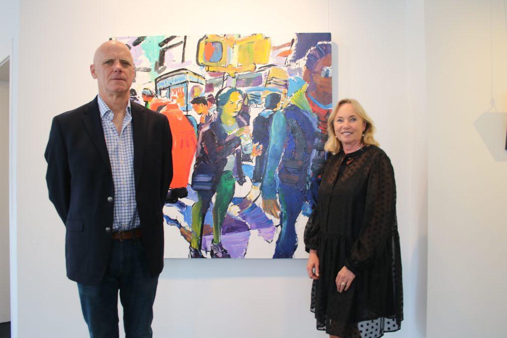 """Der amerikanische Maler Tom Christopher mit Galeristin Barbara von Stechow vor seinem Gemälde """"I Didn't Think Anything."""" Foto: Edda Rössler"""