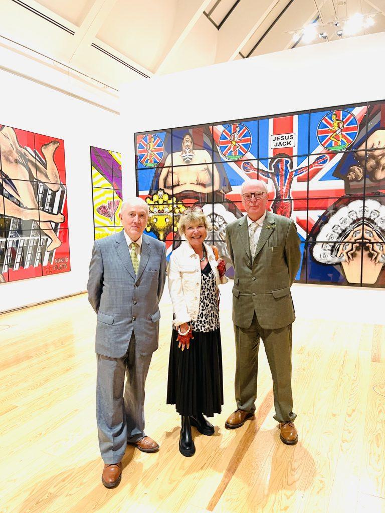 """Gilbert (1943) und George (1942) mit Edda Rössler vor ihrer Ausstellung """"The Great Exhibition"""" in der Schirn Frankfurt Foto: Edda Rössler"""