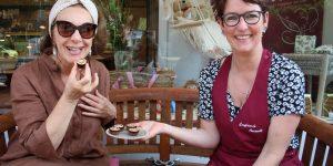Freuen sich über den Erfolg. Künstlerin Raffaela Zenoni (links) und Konditorin Susanne Amendt. Foto: Edda Rössler