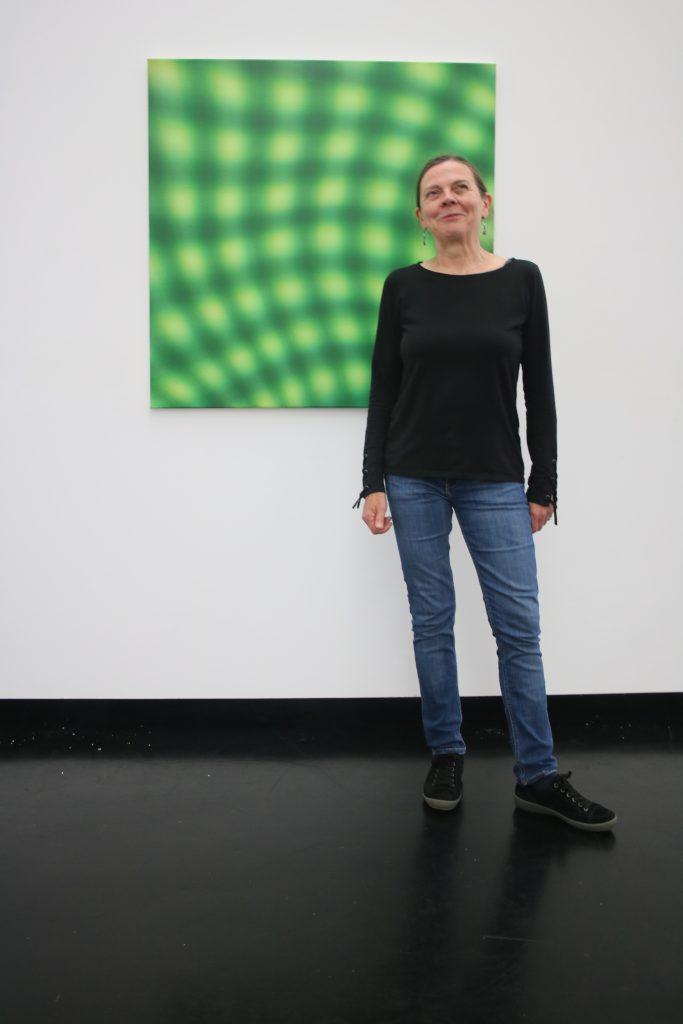 Die Malerin Gabriele Aulehla vor ihrem Werk Foto: Edda Rössler