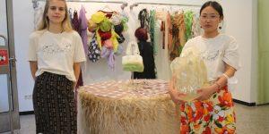 Isabell Hofmann (links) und Un-Zu Ha-Nul Lee haben den Ausstellungsraum im 1822-Forum in eine schillernde Modeboutique verwandelt. Foto: Edda Rössler